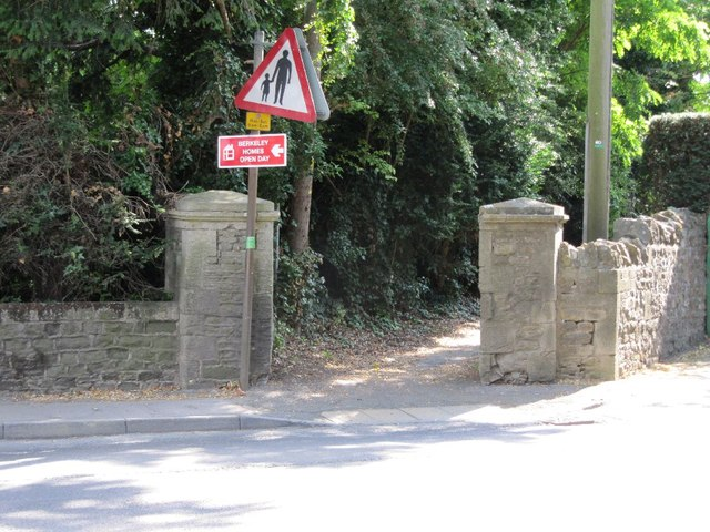 Pillars to the footpath