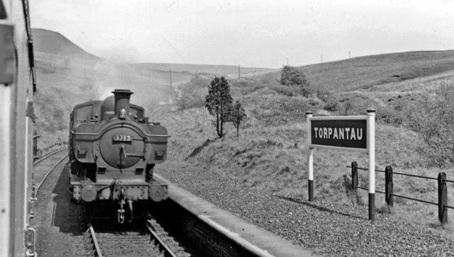 Torpantau Station: meeting a Brecon - Newport train