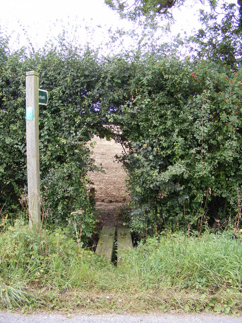 Footpath to the A1120 & bridleway to Bedfield Road