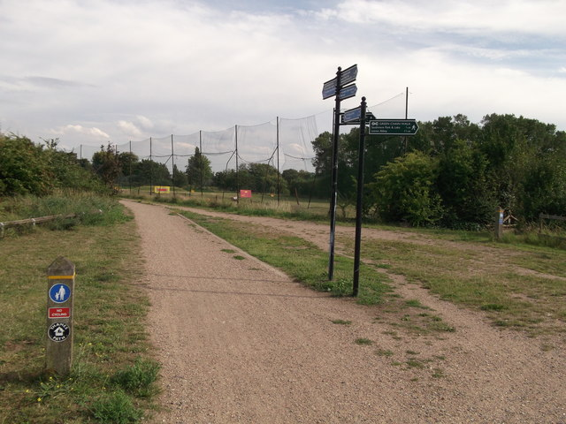 Thames Path junction near Thamesmead Golf Driving Range