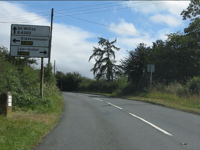 Sign and milepost on the B4202 approaching Clows Top