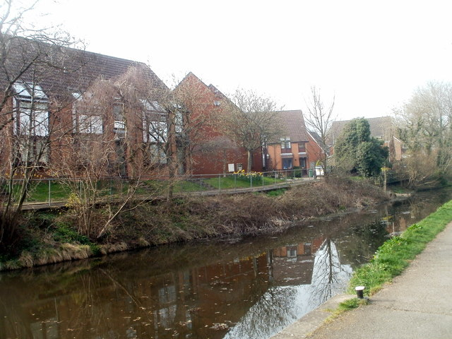 Cwmbran : Five Locks Close houses viewed across disused canal