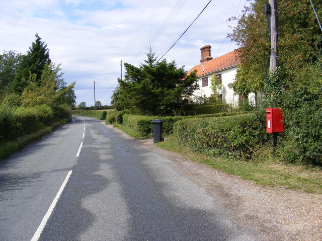 B1118 The Thoroughfare & 1 Sunnyside Cottage Postbox