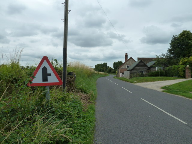 Approaching a cottage in Taylors Lane