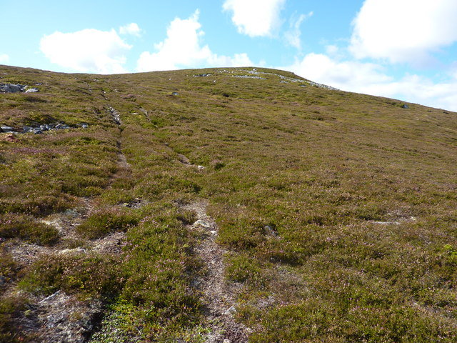 A faint track leading up to the top of Carn Moine an Tighearn