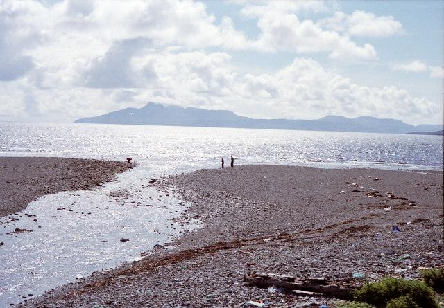 Abhainn nan Leac flows into Camas Fhionnairigh