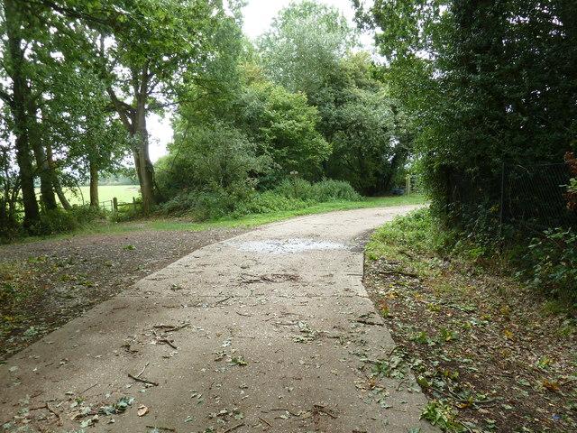 Bridleway and footpath crossing near Yokehurst