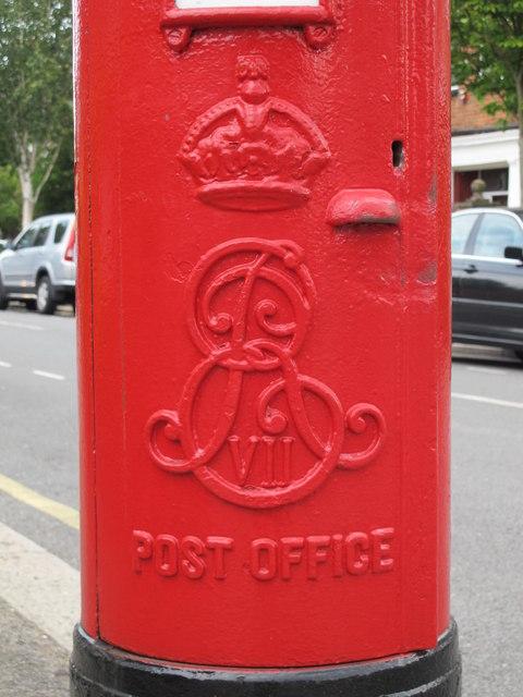 Edward VII postbox, Templars Avenue / Ravenscroft Avenue, NW11 - royal cipher