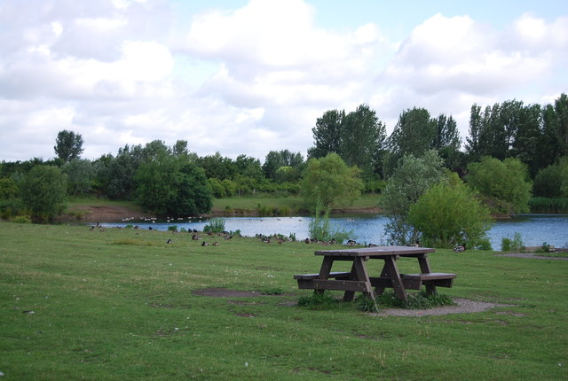 Picnic bench by Albyn Farm Pond, Hornchurch Country Park