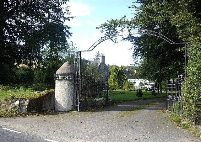 Gated access to 'Linnorie'