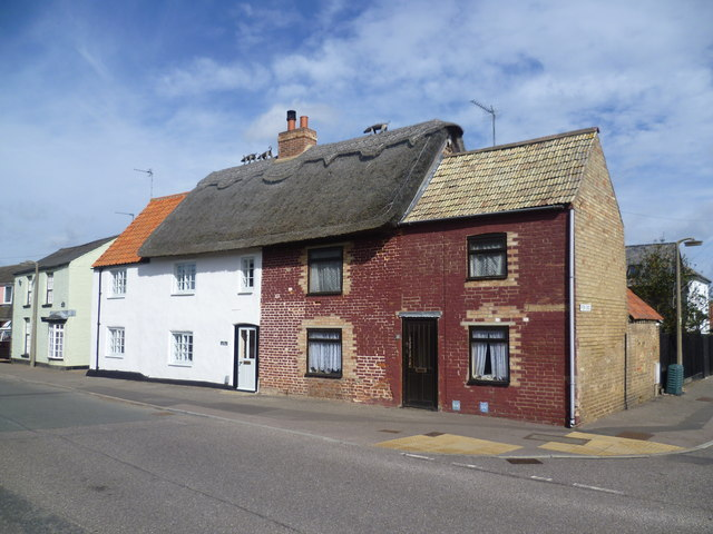 Thatched pigs in High Street, Over