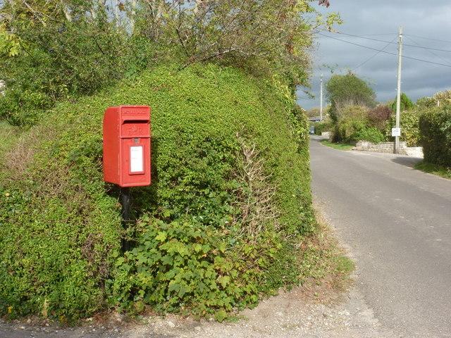 Burton Bradstock: postbox № DT6 85, Shipton Lane