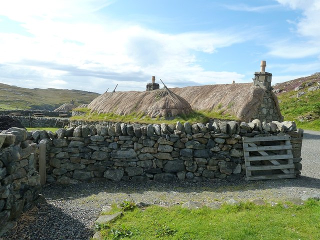 Gearrannan - Two blackhouses behind a wall