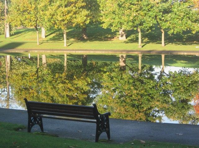 Mainc ym Mharc Eirias / A bench in Eirias Park