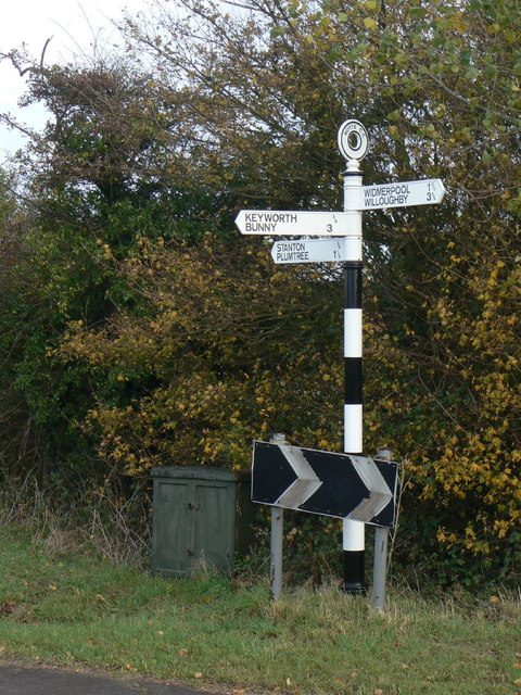 Fingerpost at the end of Selby Lane