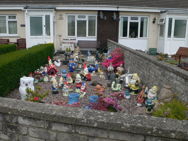 Easy care front garden at llansantffraed eirian evans cc for Easy care front gardens