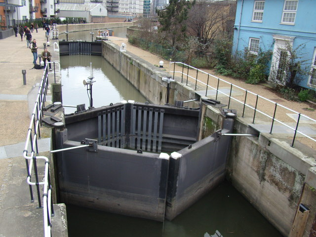 Lock on the River Lea, viewed from the towpath
