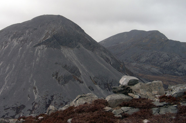 Rocks at summit area of Corra Bheinn