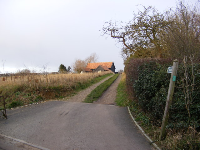 Footpath to Baynards Green & entrance to Sunnyside Farm