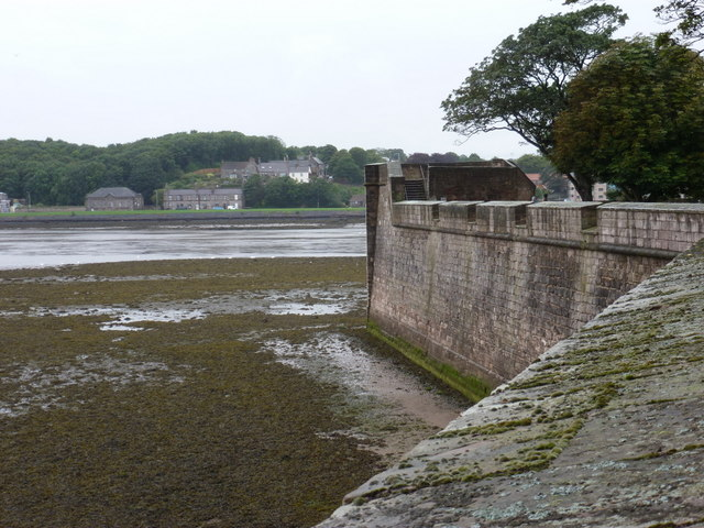 Berwick-upon-Tweed: battery wall against the estuary