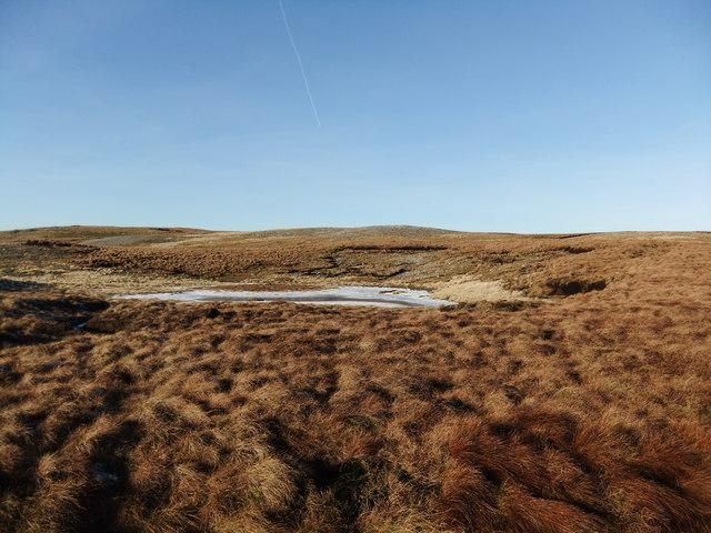 Frozen tarn west of Blea Barf