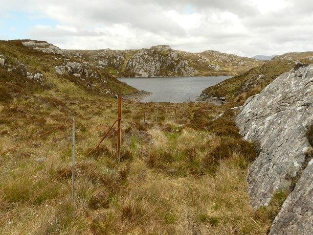 Loch na h-Airigh Slèibhe through a Scourie dyke