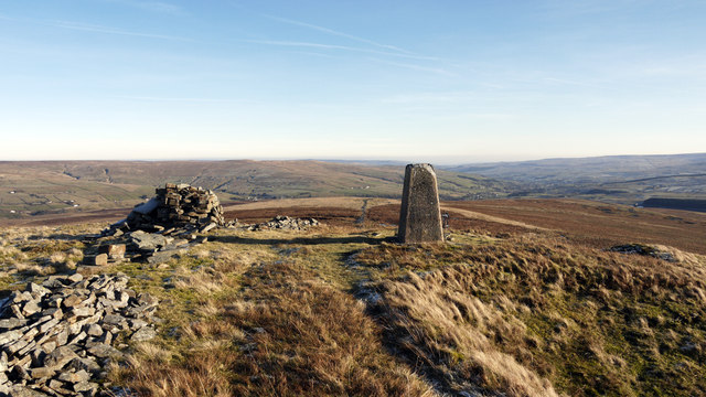 Highwatch Currick: trig point, cairn and wall