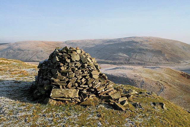 A cairn to the northwest of Mid Hill