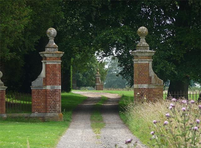 Gate piers near East Stratton