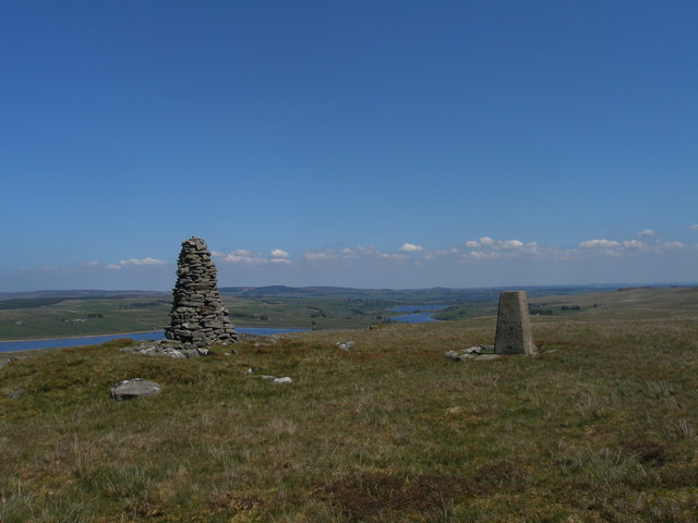 Trigpoint and cairn on Shacklesborough