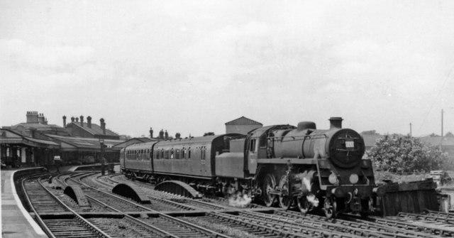 Cardiff - Portsmouth express leaving Salisbury station