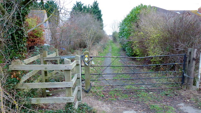 Footpath north from Hyde Lane