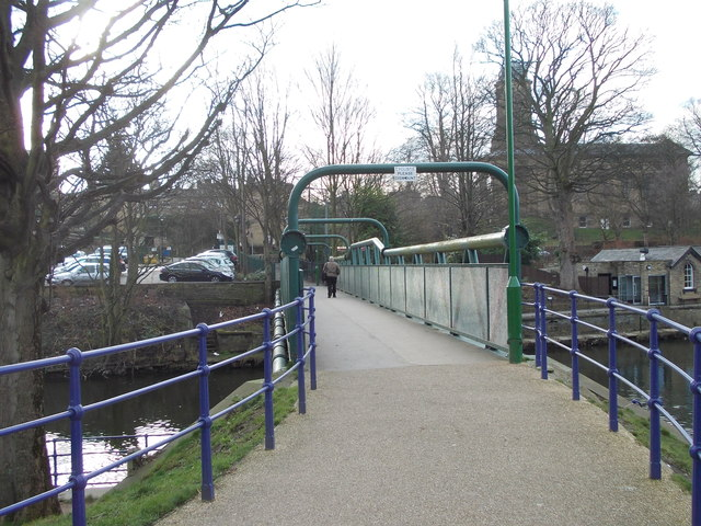 Footbridge over River Aire - near Victoria Road