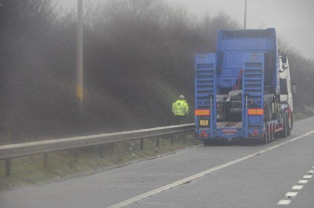 Wychavon : The M5 Motorway - Lorry in the hard shoulder