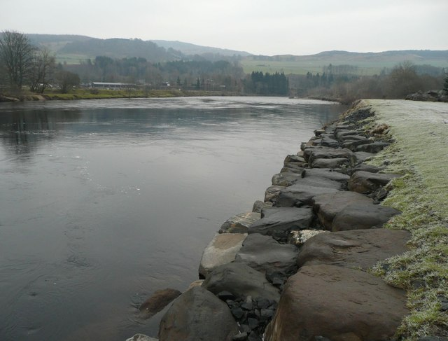 Large boulders along the bank of the River Tay