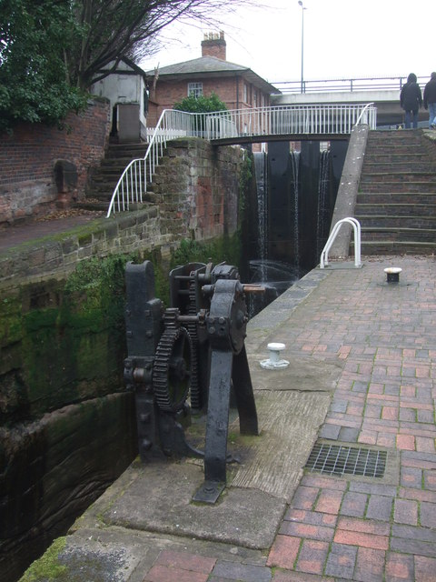 Winding gear and lockgate