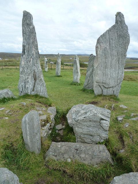 Calanais / Callanish I - Opened tomb and Eastern Arm