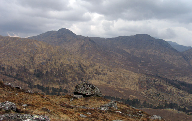 Perched boulder with rock outcrops on northern slope of Glas Bheinn