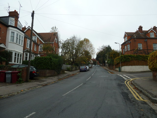 Approaching the junction of Priest Hill and Hemdean Rise