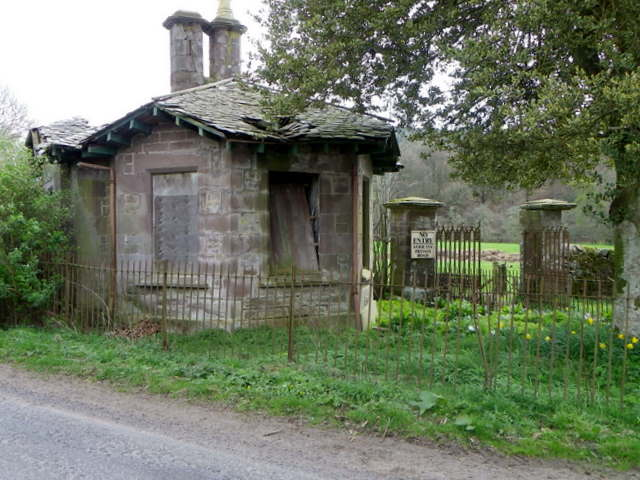 Derelict gatehouse near Hosh