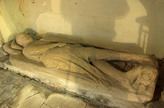 Effigy of a de Cerne knight - church of St James, Draycot Cerne (detail)