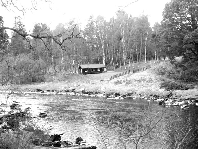 Fishing bothy at the west end  of Banchory golf course