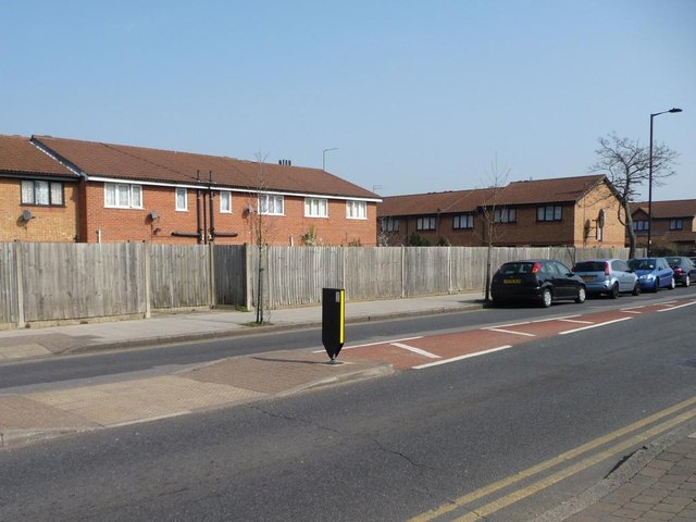 New houses turning their backs to Wilbury Way