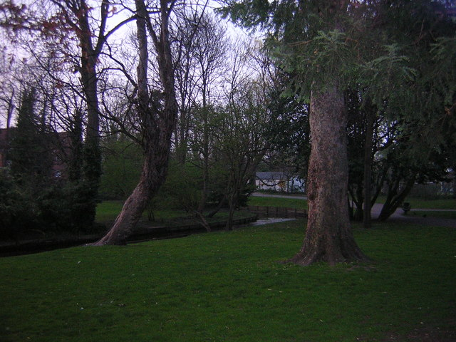 The Wandle heads north through Grove Park out of Carshalton