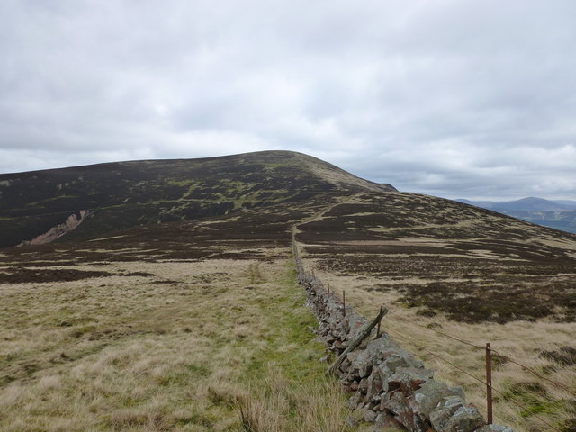 Approaching the shallow col between Lochlyock Hill and Tinto