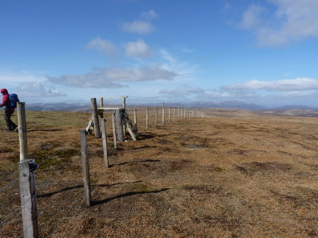Boundary fence and stile on The Goet