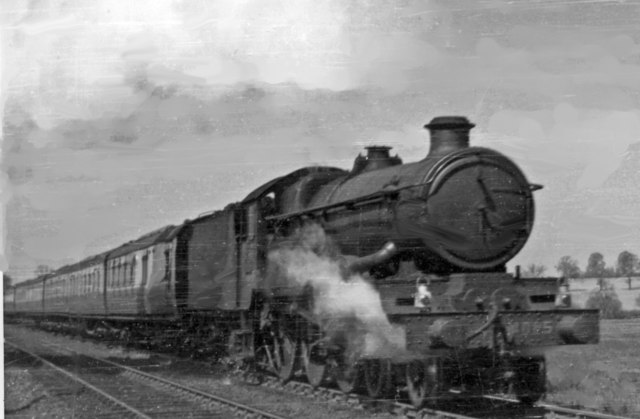 Ex-GW 'Castle' 4-6-0 on Up express approaching Kings Sutton