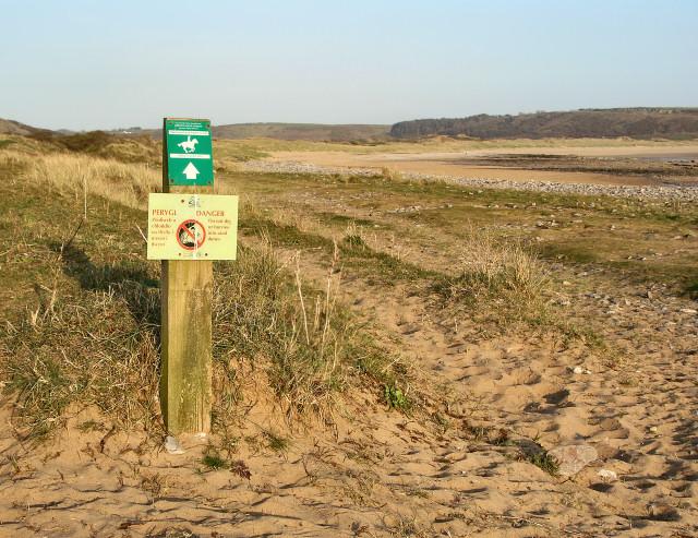 Track and signage by Traeth yr Afon