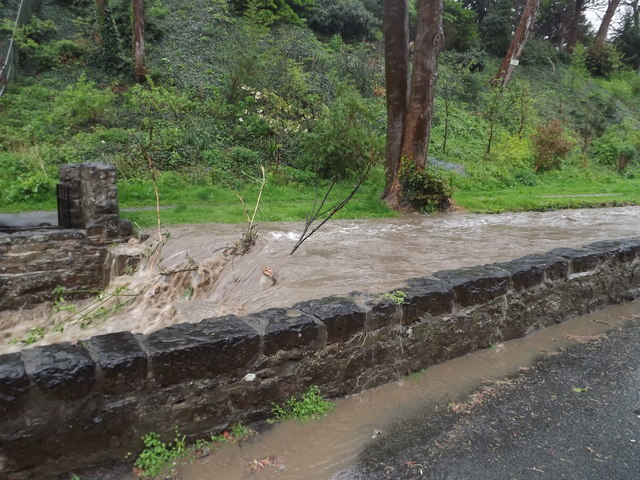 Afon Colwyn yn gorlifo / Afon Colwyn overflowing