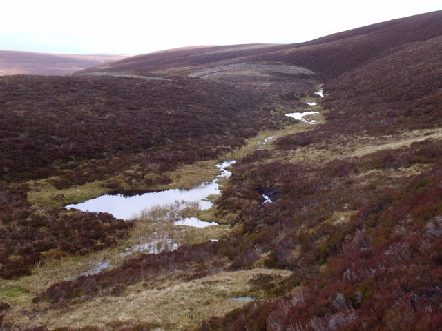 String of pools and burn in geologically weak line west of Cailleach na Feithe Moire near Glen Feshie